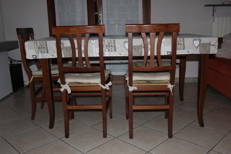 Parti complementi cucina, mobiletti, tavolo, sedie e scatole